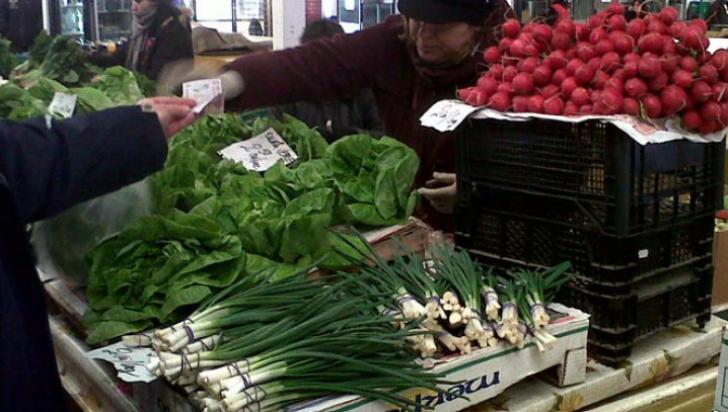 Mare atenţie! Greşeala pe care multă lume o face când cumpără salată şi ceapă verde