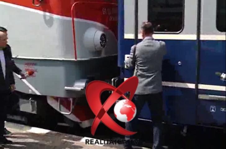 Scene de cascadorii rasului. Usa vagonului in care calatorea ministrul Cuc s-a blocat. Ce-a urmat!