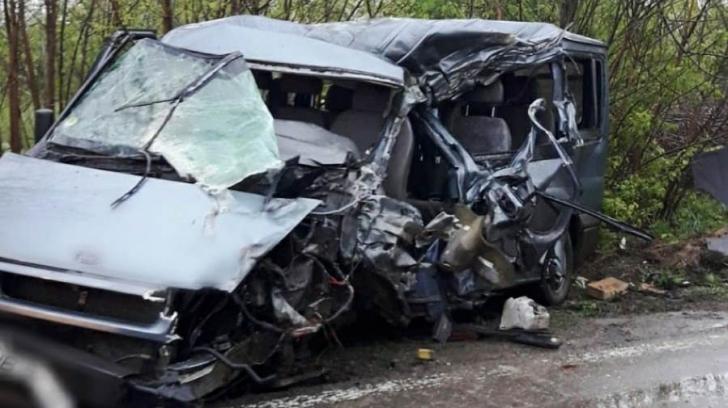 Ciocnire violentă între un TIR și un microbuz. 6 persoane au fost rănite