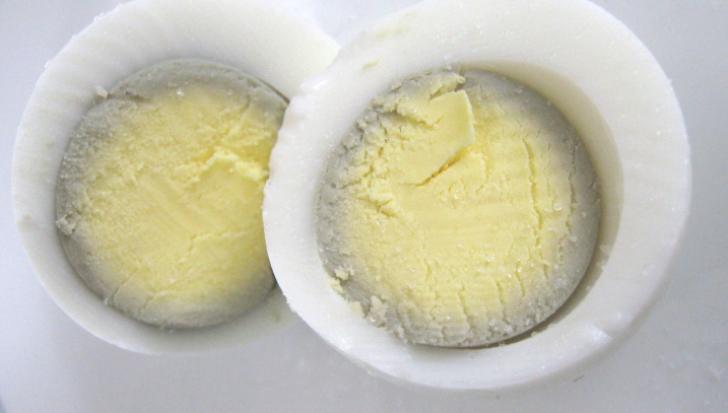 Motivul pentru care se înverzeşte gălbenuşul ouălor fierte. Le mai putem mânca?