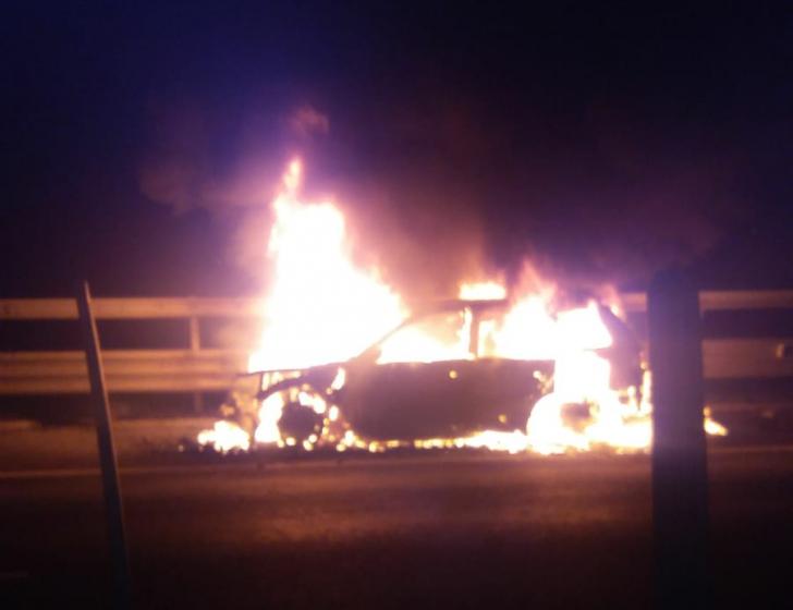 Mașină mistuită de flăcări pe A1