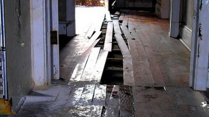A început să renoveze casa, dar a înghețat când a scos pardoseala! Stătea acolo de 73 de ani!
