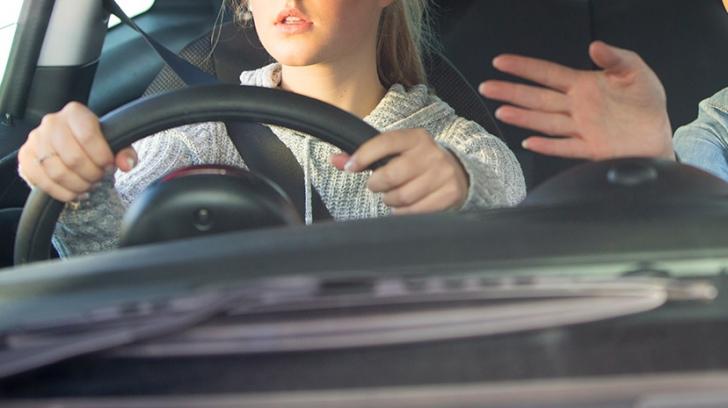 Femeie în timpul orelor de condus