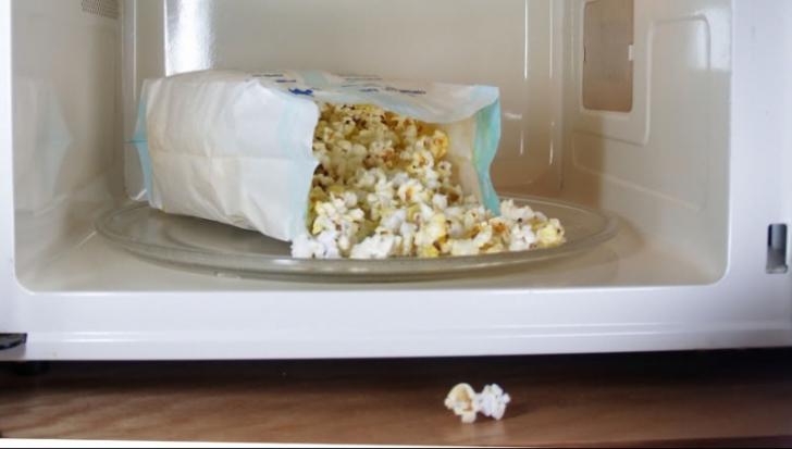 Cât de nesănătos este popcornul la microunde. Nu o să mai mănânci niciodată