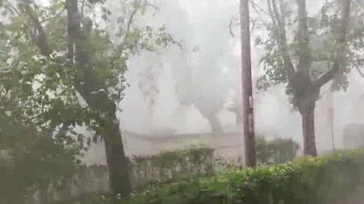 Prăpăd în ţară, a căzut grindină, iar vântul a smuls acoperişuri şi a rupt copaci (VIDEO)