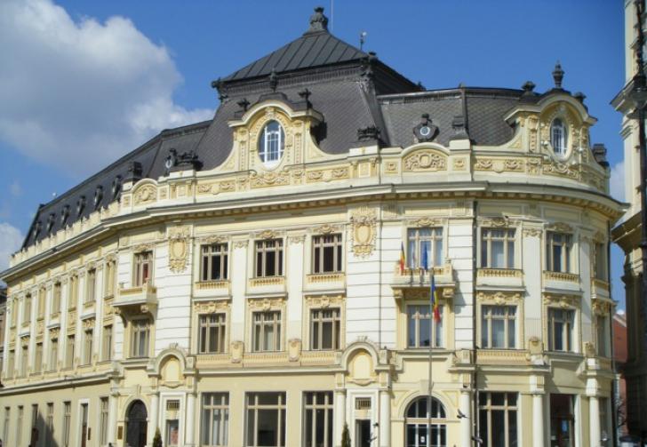Vantul a facut prapad la Sibiu, a zburat o bucata din acoperisul Primariei