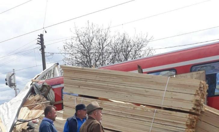 Un TIR ajuns pe calea ferată, izbit de un tren de pasageri, în Bistrița. Mai mulți răniți