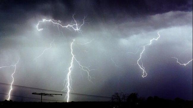 Ploi şi vijelii în toată ţara: ANM a emis o informare meteorologică