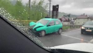 A scăpat ca prin minune, după ce mașina i s-a înfipt într-un parapet