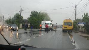 Impact violent între un microbuz de transport marfă și un autocamion