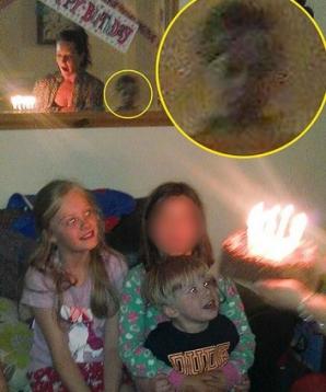 A făcut o poză la aniversarea copilului. După 3 ani, descoperă ceva înfiorător! S-a albit la faţă