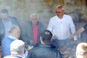 """Dragnea s-a ascuns la Sibiu. Emisiunea TVR """"Viața satului"""", filmată în secret. Revoltă în sat!"""