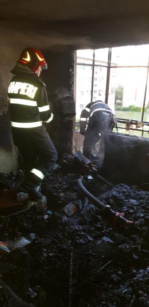 Incendiu violent la bloc: un mort, 3 răniți. Locatarii, evacuați de urgență!