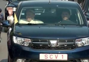 Papa Francisc, pe locul din dreapta a unui Logan albastru