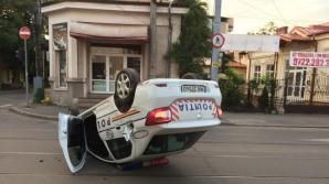 Accident teribil, în centrul Ploieștiului: mașină de Poliție, răsturnată