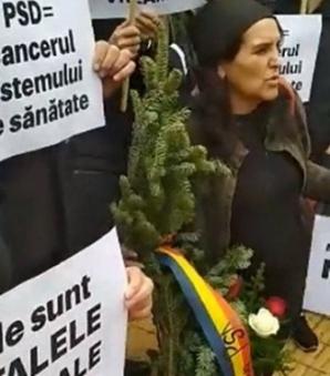 Dăncilă, așteptată cu coroane funerare și huiduieli, la Târgu Mureș. Zeci de protestatari, în stradă