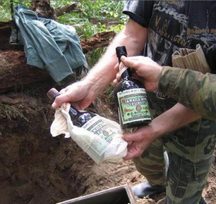 Umbla prin pădure cu detectorul de metale când a găsit o comoară. Ce era în cutie i-a schimbat viaţa