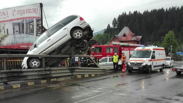 Suceava: O mașină a rămas suspendată în poziție verticală pe un pod din localitatea Vama