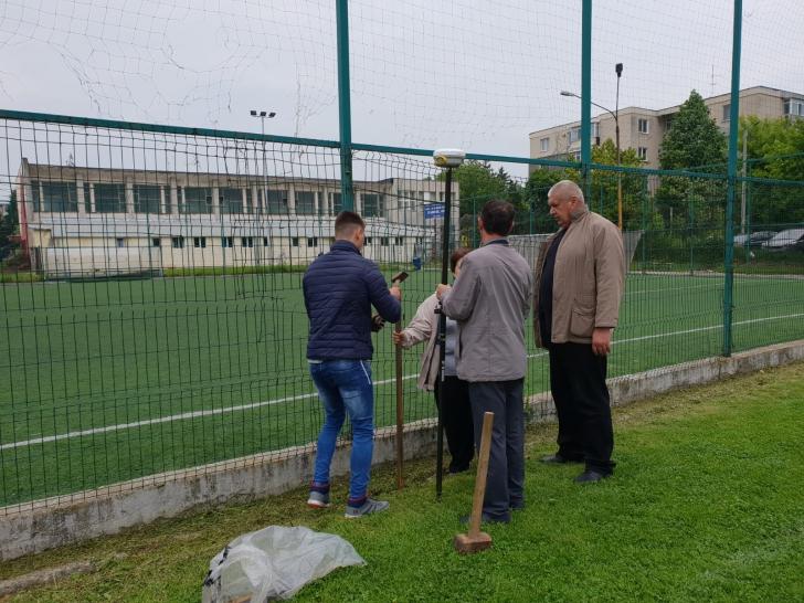 Scandal la o bază sportivă din Argeș. Noul proprietar a bătut țăruși pe teren