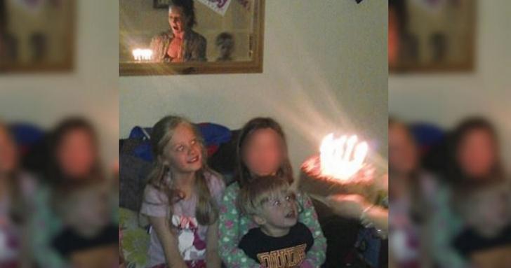 <p>A făcut o poză la aniversarea copilului. După 3 ani, descoperă ceva înfiorător! S-a albit la faţă</p>