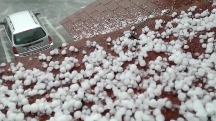 Grindina a făcut prăpăd în Bistrița-Năsăud. Imaginile potopului. Avertizare RO-Alert