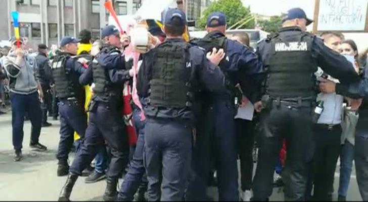 Contra-manifestație la mitingul PSD de la Galați: Îmbrânceli cu jandarmii - VIDEO