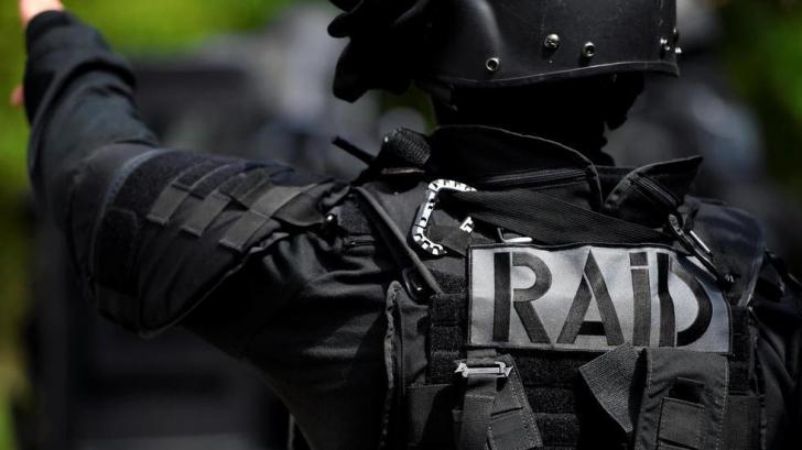 Luare de ostatici într-o localitate din Franța. Atacatorul a deschis focul asupra polițiștilor