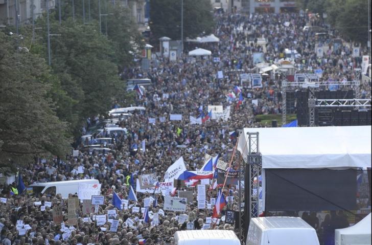 Protest de amploare la Praga, zeci de mii de oameni au cerut demisia ministrului Justiţiei
