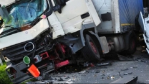 Accident grav cu un microbuz și un TIR