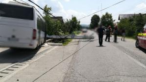 Microbuz cu pasageri, scăpat de sub control, în Dâmbovița: mai multe victime. Circulația, oprită