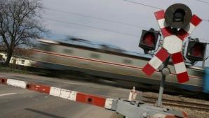 Accident violent, pe fondul vitezei: s-a răsturnat cu mașina pe calea ferată
