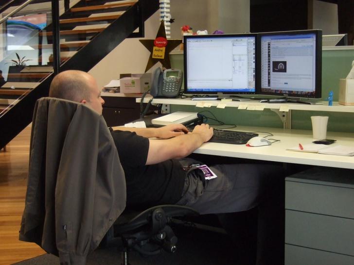 Cum sa stai corect la birou pentru a nu avea probleme mai tarziu