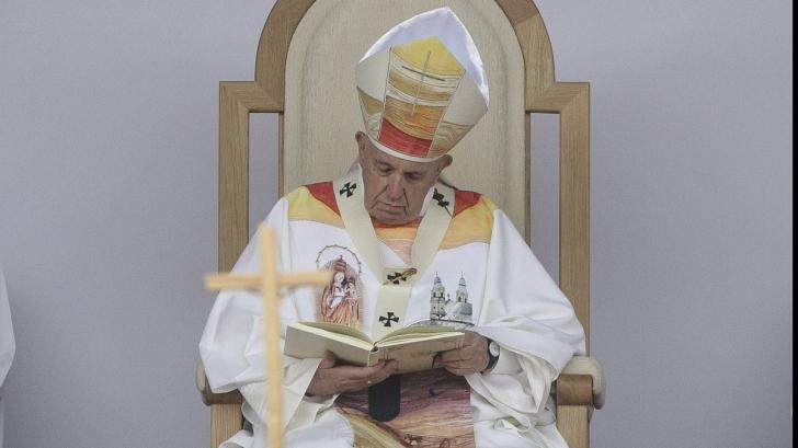 Papa Francisc, îmbrăcat de o româncă din Satu Mare