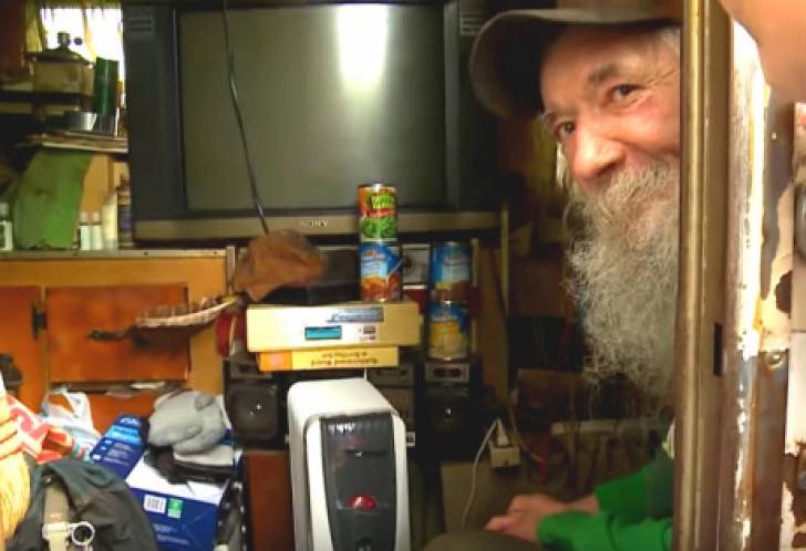 Îi livra de mult pizza unui bătrân care trăia în rulotă. A intrat acolo, dar a rămas şocată