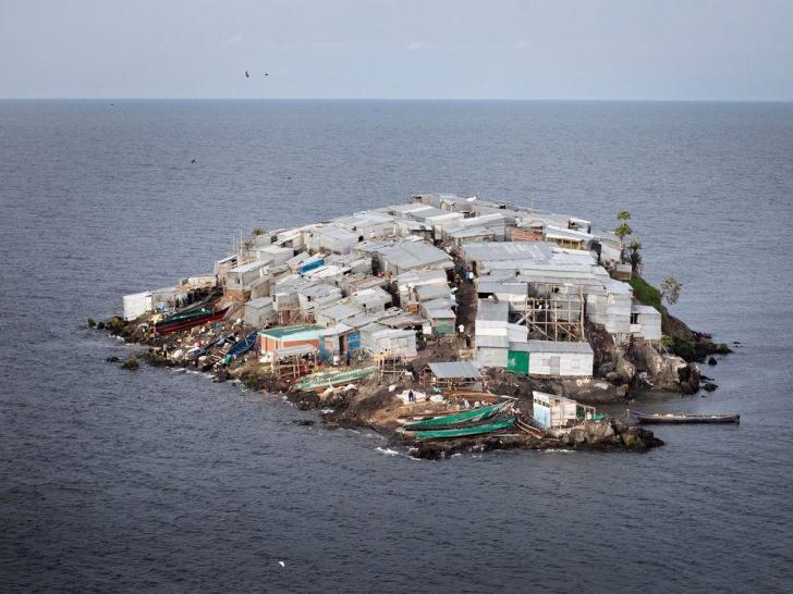 Un loc unic în lume. Dar de ce se îngrămădesc oamenii să locuiască pe minuscula insulă?