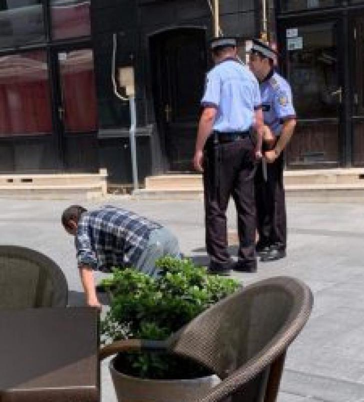 Scenă şocantă la Craiova: Un bărbat merge ca un câine pe lângă poliţişti