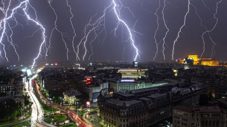 Dezastrul lăsat de furtună în București! Mașini avariate, copaci căzuți