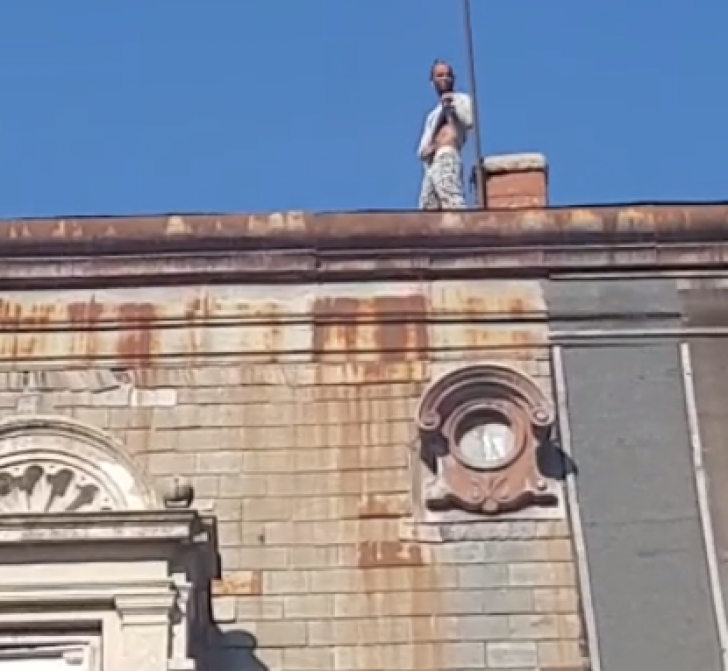 ALERTĂ! Un bărbat ameninţă că se aruncă de pe acoperişul fostului Casino Victoria