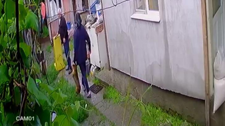 Un bărbat din Bacău a văzut pe camera de supraveghere cum vecinii îi omoară cățelul cu toporul