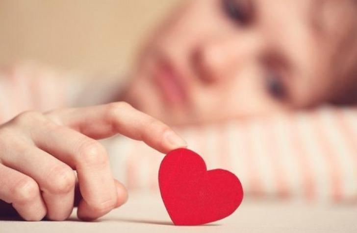 3 zodii care mint în dragoste