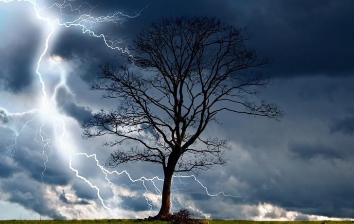 ALERTĂ de fenomene meteo periculoase IMEDIATE. Este COD ROȘU: unde lovesc furtunile și grindina