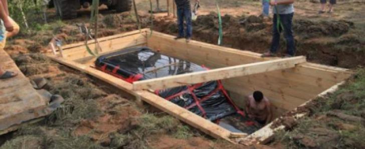 Au găsit un Mercedes G-Class îngropat în pământ în Rusia şi au rămas şocaţi când l-au verificat
