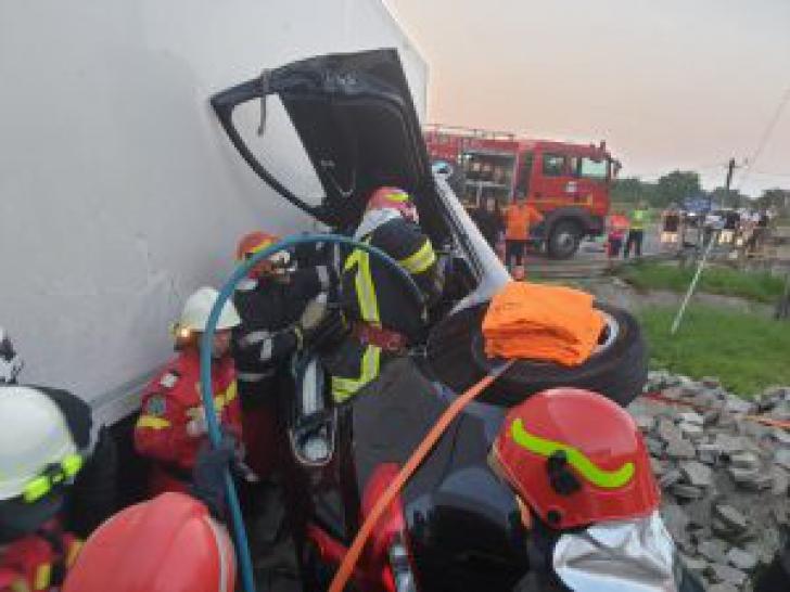 Un mort și 3 răniți, după impactul violent cu un TIR. Șoferul a adormit la volan