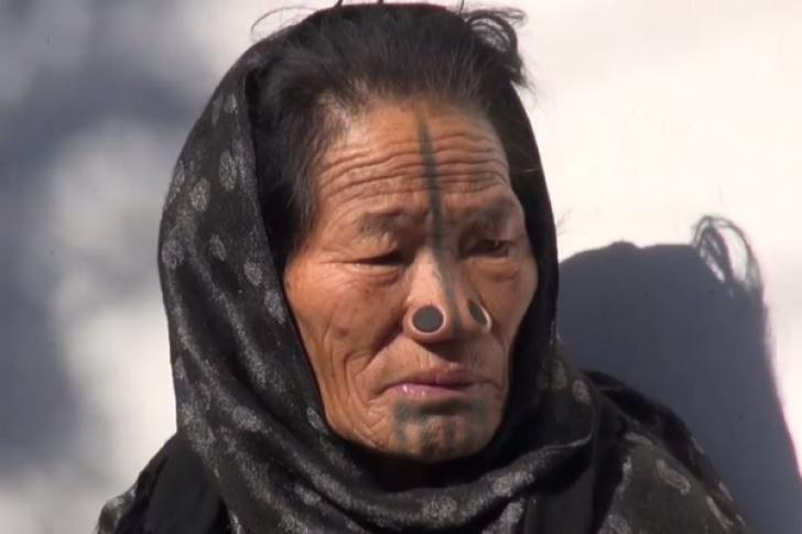 Tribul în care femeilor li se pun dopuri în nas