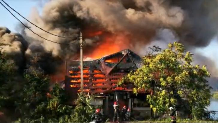 Incendiu devastator în Piteşti, a ars un hotel abandonat (FOTO+VIDEO)