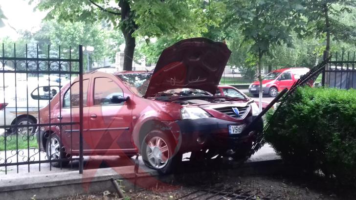 FOTO/VIDEO S-a oprit cu mașina în gardul spitalului