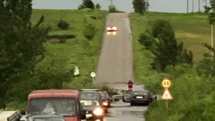 Mașini luate de viitură în Bârlad. 7 persoane blocate în autovehicule