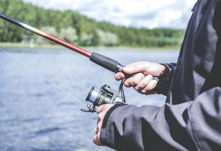 Descoperire șocantă în râul Arieș. Ce a găsit un pescar pe un pește