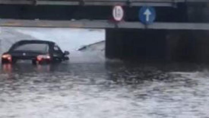 Imagini ireale în Râmnicu Vâlcea, maşini acoperite de ape, inundaţii (VIDEO+FOTO)