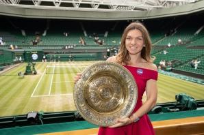 Simona Halep, cu trofeul de la Wimbledon